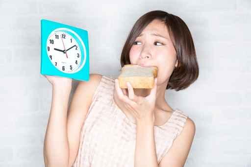 遅刻 パンを咥えて慌てる女性