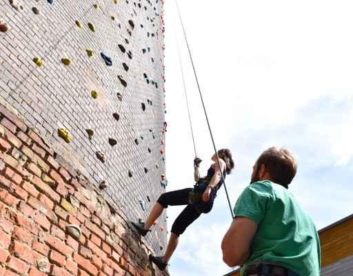 Klettersport - junges Paar klettert an einer Felswand